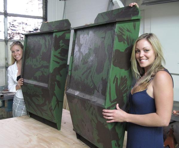 Dayna et Erica qui travaillent pour InterNACHI vous montrent des maisons pour chauves-souris.