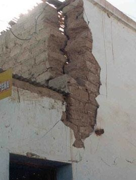 This adobe wall shows a severe gap where these walls (almost) join.