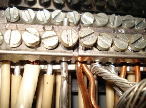 C�blages en aluminium et en cuivre. Chacun des m�taux est facilement identifiable gr�ce � sa couleur.