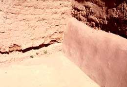 Este muro de adobe muestra el daño que ya ha empezado por la moldura de escayola.