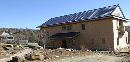 Las casas de rurales que están fuera de la red son aplicaciones excelentes para energía solar.