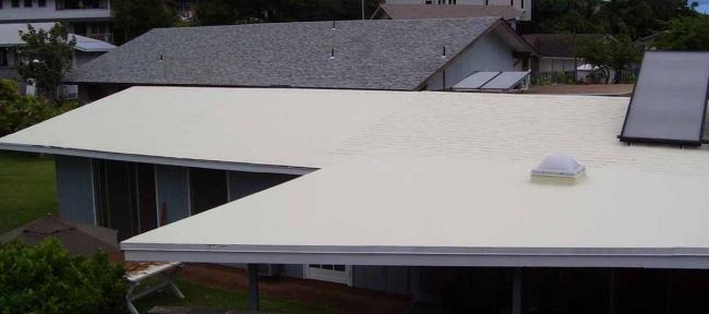 Toit refroidissant avec panneau solaire. Les toits refroidissants ne sont pas tous blancs.