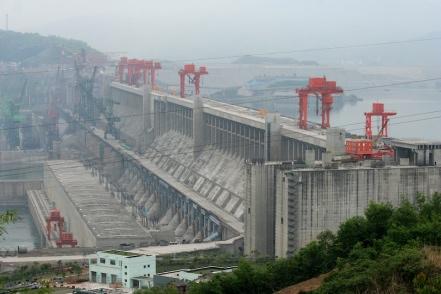 Le barrage des Trois-Gorges en Chine est la centrale électrique la plus large qui soit.