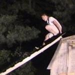 Un hombre intenta de deslizarse por una escalera y subsecuentemente sale herido.