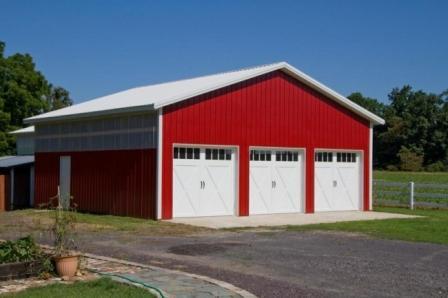 Un ejemplo de la construcción de un granero para maquina agrícola con revestimiento de acero.  (foto de MerchantCircle.com)