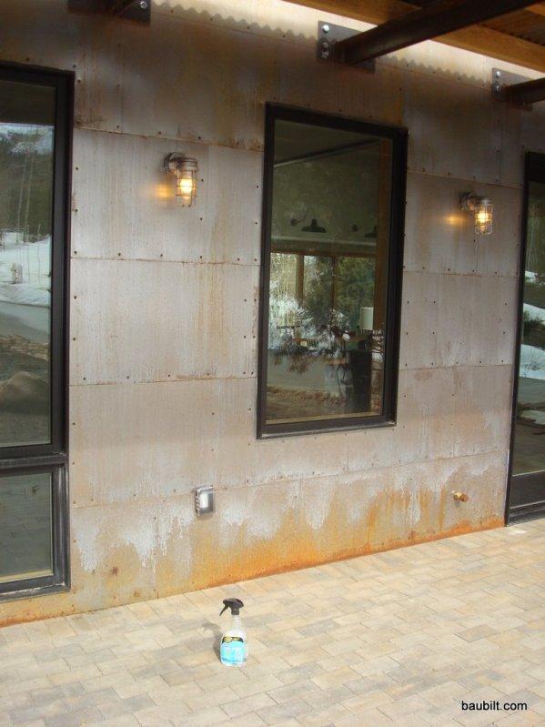 Estos paneles han sido expuestos al agua lluvia, lo cual resulta en oxidación y decoloración.  (foto de Baulbit.com)