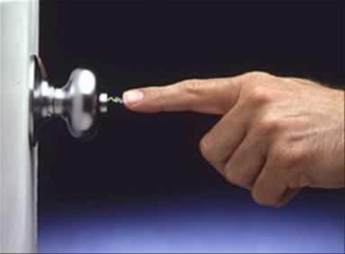 L'�lectricit� statique peut avoir un tr�s fort voltage m�me si cela est rarement dangereux
